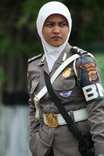 Seorang Polwan di Propinsi Aceh dgn busana muslim)