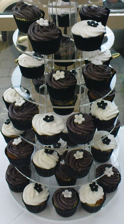 Black and white cream and flowers by Dublin Cupcakes Ltd 28 Gardiner Place