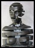 Personnage enfermé dans buste féminin découpé en spirale