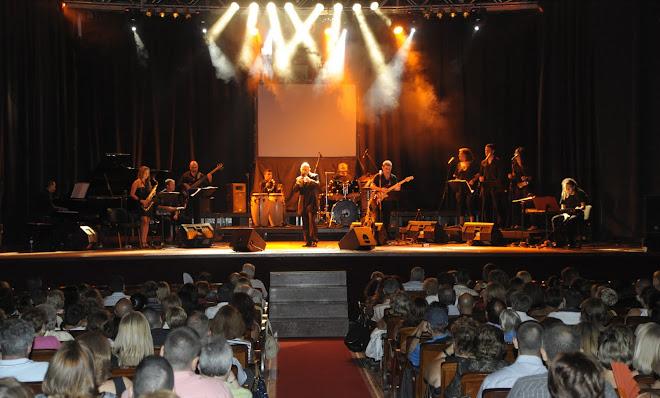 Vicente Rey en pleno Directo con sus músicos