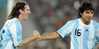 Messi cumprimenta Agüero
