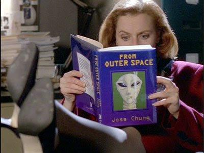 Scully lendo o livro de Jose Chung