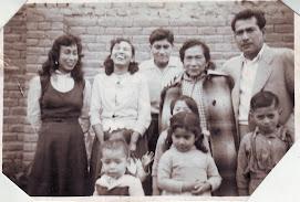 Mi papá acompañado de mi abuela, tias y primos paternos