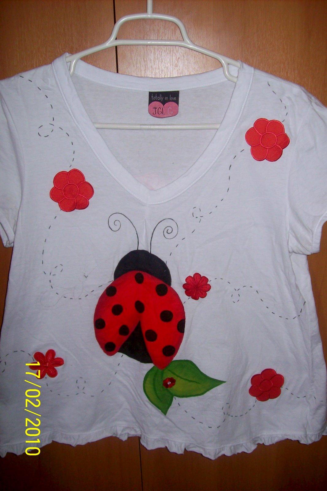 Customiza o de camisetas b sicas enriquecidas com - Pintura para camisetas ...