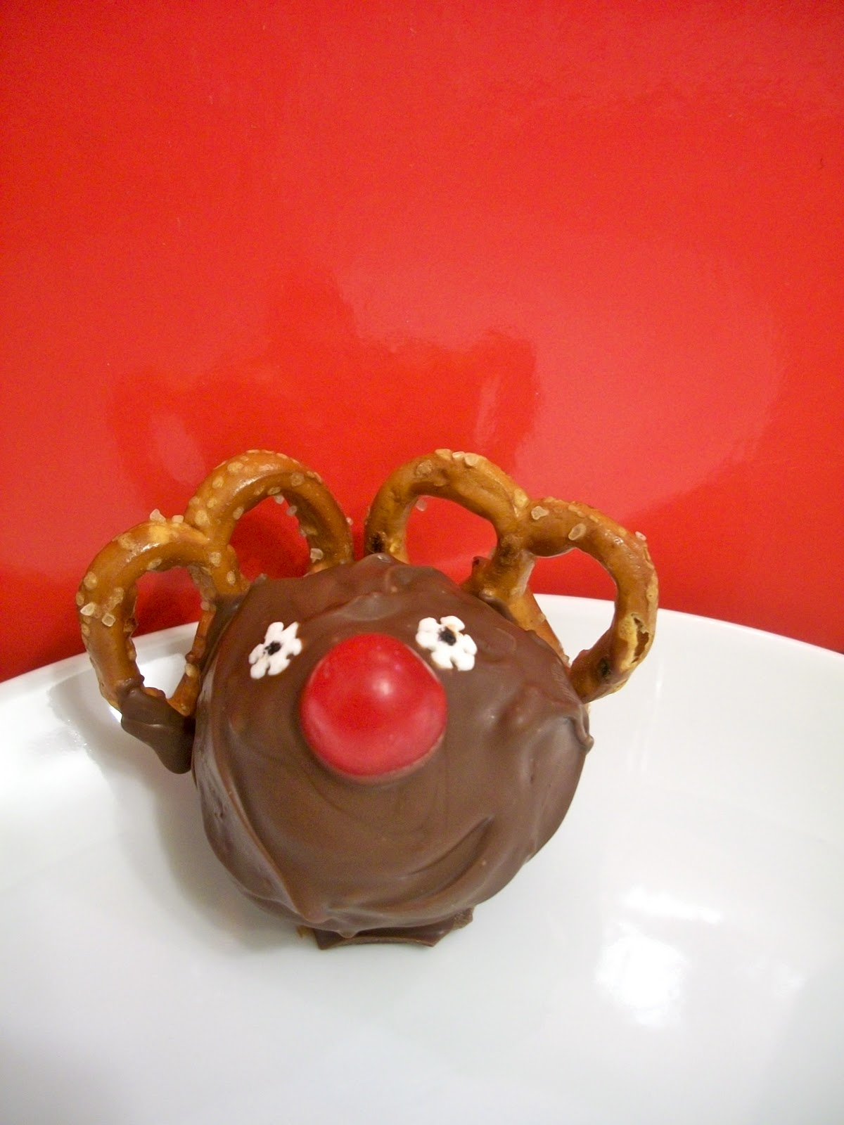Cake Decorations Chocolate Balls : Brooke Bakes : Christmas Cake Balls (Rudolph and Candy Cane)