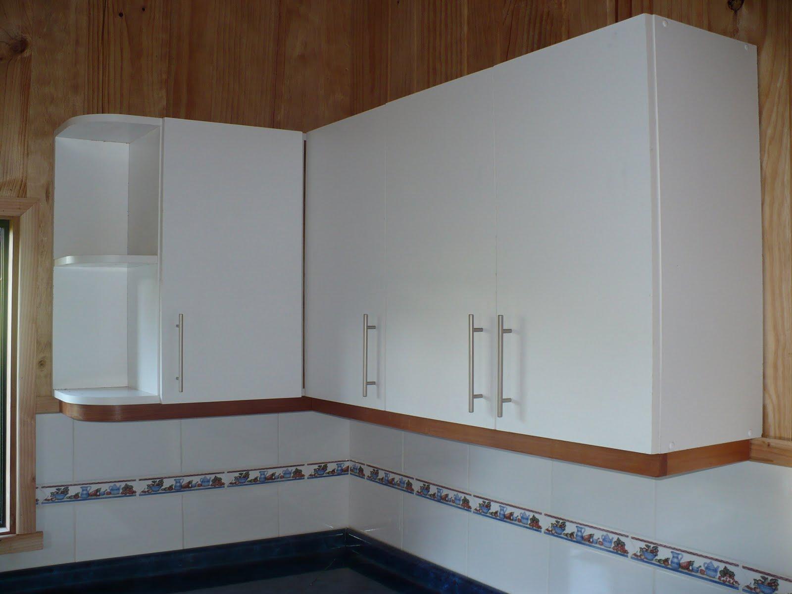 Mueble de cocina hecho en melamina blanca de 500 ciclos, su cubierta