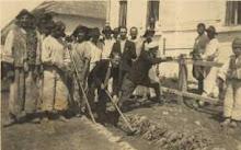 în faţa primăriei din Săcel, cu un grup de consăteni