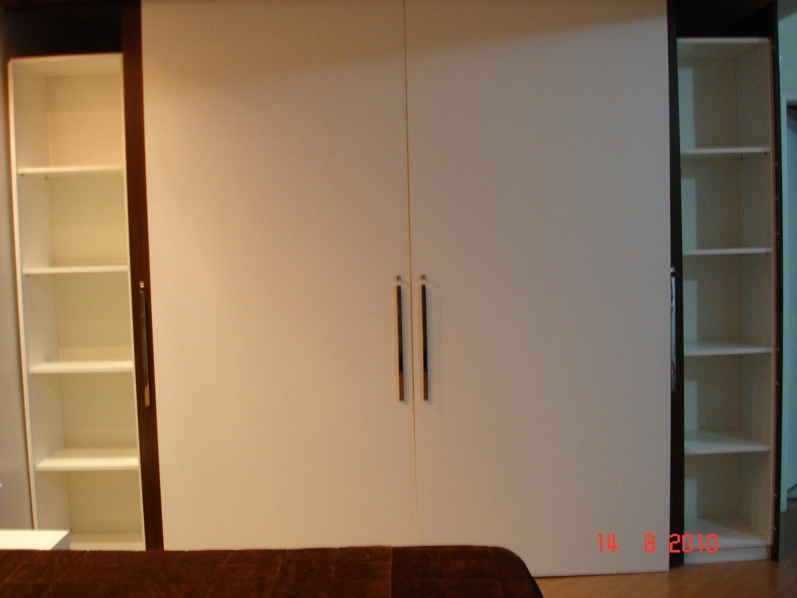 roupas de cama e duas portas grandes de acesso ao seu interior #BF950C 1600x1200 Banheiro Com Duas Portas De Acesso