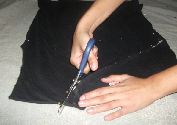 3º passo: Pegue uma tira de malha e de um laço estreitando o ombro