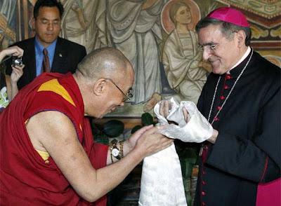 EL ANACRÓNICO FASTO DEL VATICANO Dalai_Lama_cierra_visita_Barcelona%5B1%5D