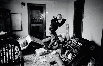 politist actiune pistol