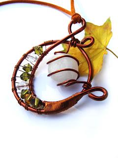 pandantiv handmade din sarma de cupru, cristale de sticla, agata