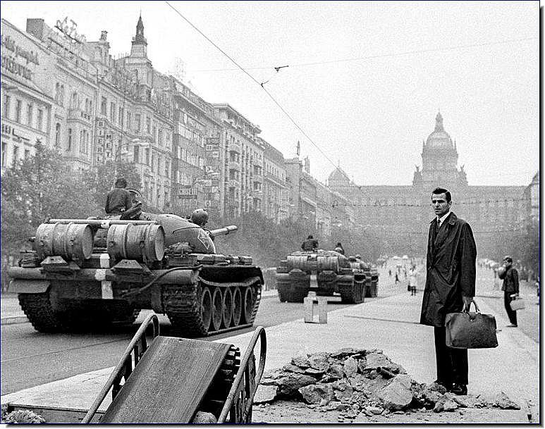 http://4.bp.blogspot.com/_oIAhQMTG-dU/S9mRRXVp08I/AAAAAAAAEbU/4Wl94kx2pL4/s1600/soviet-invasion-czechoslovakia-1968-illustrated-history-pictures-images-photos-019.jpg