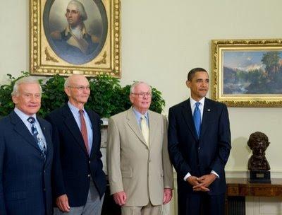 Barack Obama y los astronautas del Apollo 11 en la Casa Blanca, bajo un retrato de George Washington: de izquierda a derecha, Buzz Aldrin, Michael Collins, Neil Armstrong y Barack Obama