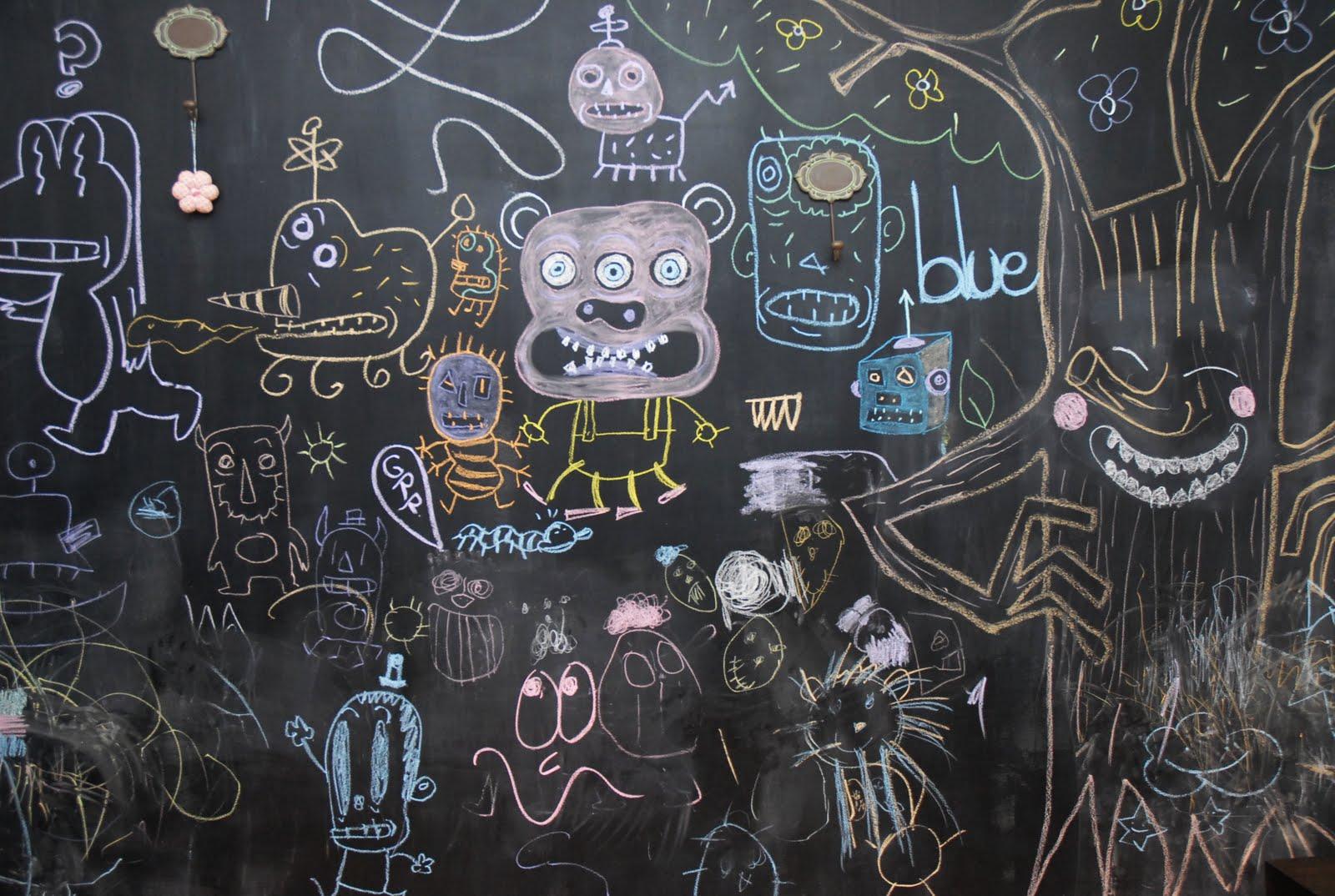 Gl ck ni os con suerte dibujando monstruos - Pintar pared pizarra ...