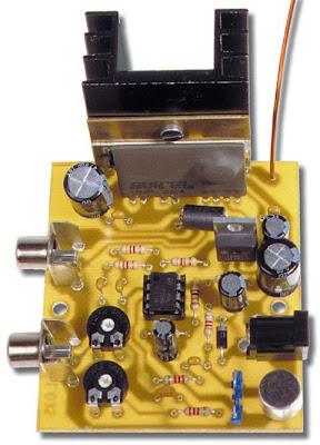 Photo d'un des prototypes de la version amplifié de l'émetteur de TV. L'amplificateur linéaire en classe A débite environ 20 mW sur l'antenne, ce qui permet d'obtenir une portée de quelques centaines de mètres