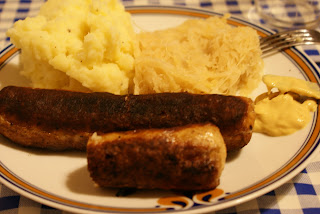 Kartoffelpüree, Sauerkraut und Bratwurst