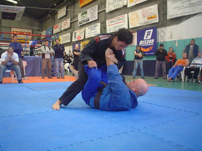 Nestro Suarez (campeon del real fights) trabajando desde su guardia