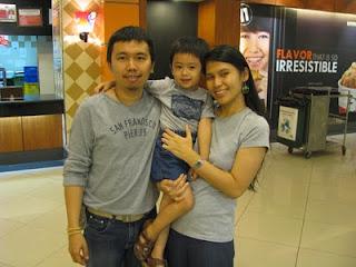 Papa, Darren dan Mama kompakkan pakai abu- abu