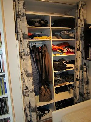 Armario almacenaje en buhardilla decorar tu casa es - Armarios con cortinas ...