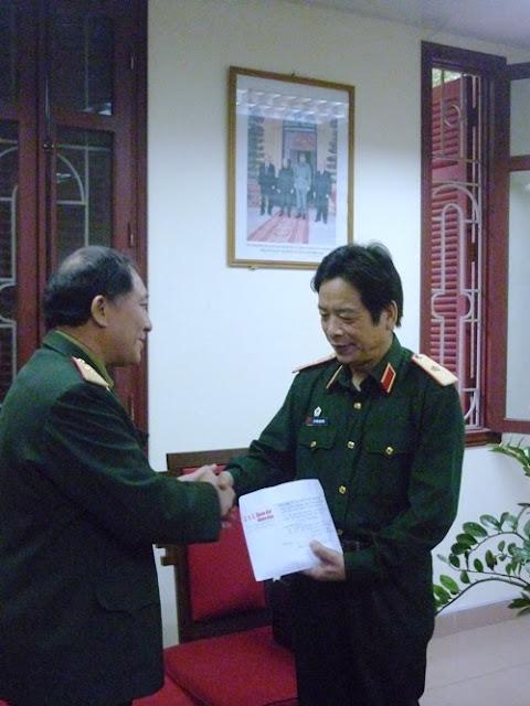 anh Bùi Vinh, Trửơng BLL nhà truờng đã trao cho Tổng biên tập Thiếu tuớng Nguyễn Phúc Nguyên