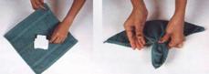 Lipat saputangan menjadi dua bagian membentuk segi tiga.