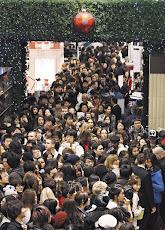 英國倫敦的Selfridges百貨公司26日起展開新年特賣,大批人群在門外排隊。