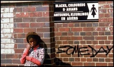 bild på sydafrikansk flicka framför tegelvägg