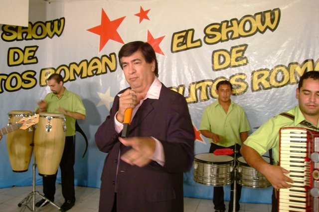 Adrian Vargas, no se sabe si esta cantando cumbia o un tango