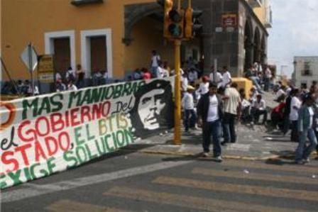 Realizan estudiantes plantón indefinido en Casa Aguayo