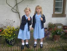dvojcici v solskih uniformah..kaku lusne:)