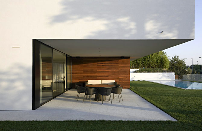 Modern-luxury-outdoor-dining-room-design-with-contemporary-wooden-table-and-black-chairs-design-ideas.