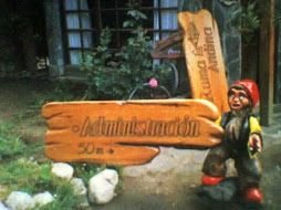 escultura con cartel