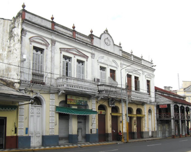 Pinasco Building 2010 (Casa de Fierro on R)