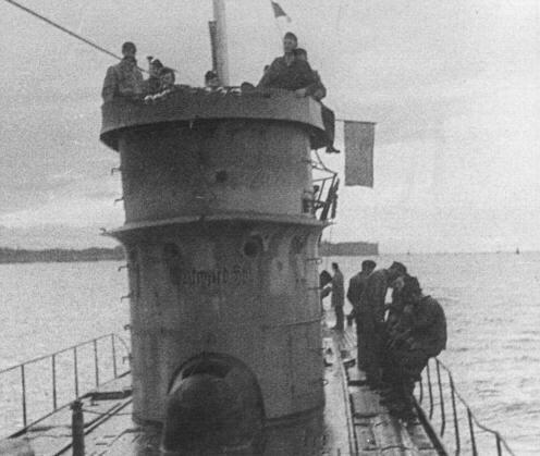 photos de sous-marin et de leur équipage 6%2BThe%2BU-37%2B(Note%2Bthe%2BWestward%2BHo!%2Bon%2Bthe%2Bconning%2Btower)