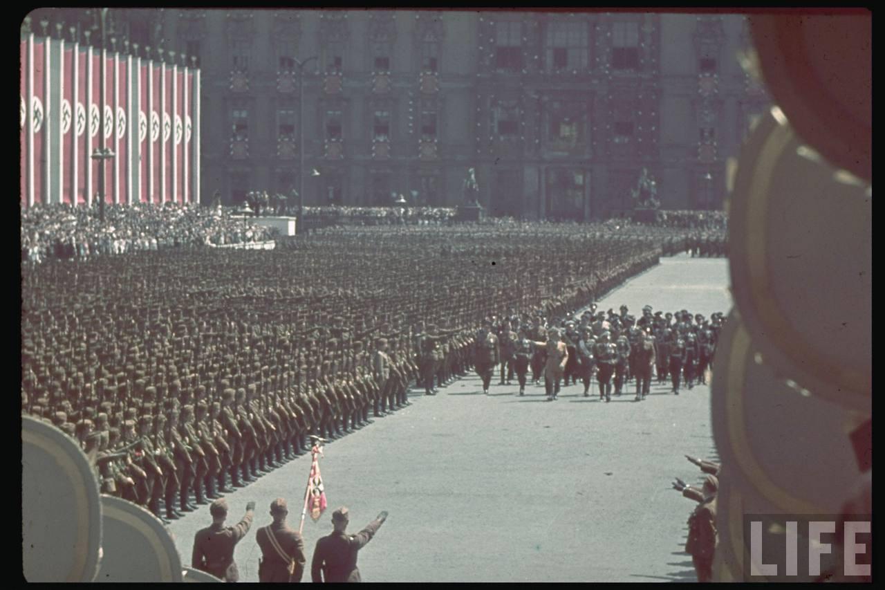 la légion condor et aviation italienne Hitler+in+the+Legion+Condor+ceremony2