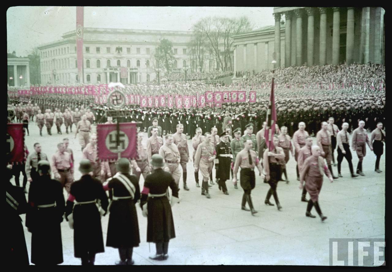 photos de hugo jaeger (photographe de Adolf Hitler ) Munich+Germany+November+9,+1938+during+the+remembrance+of+the+Putsch05