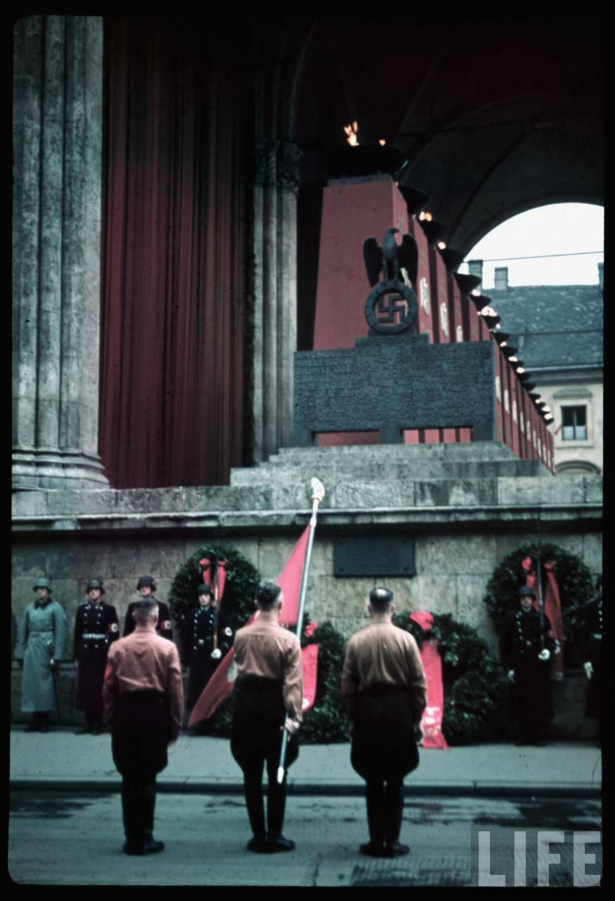 photos de hugo jaeger (photographe de Adolf Hitler ) Munich+Germany+November+9,+1938+during+the+remembrance+of+the+Putsch08