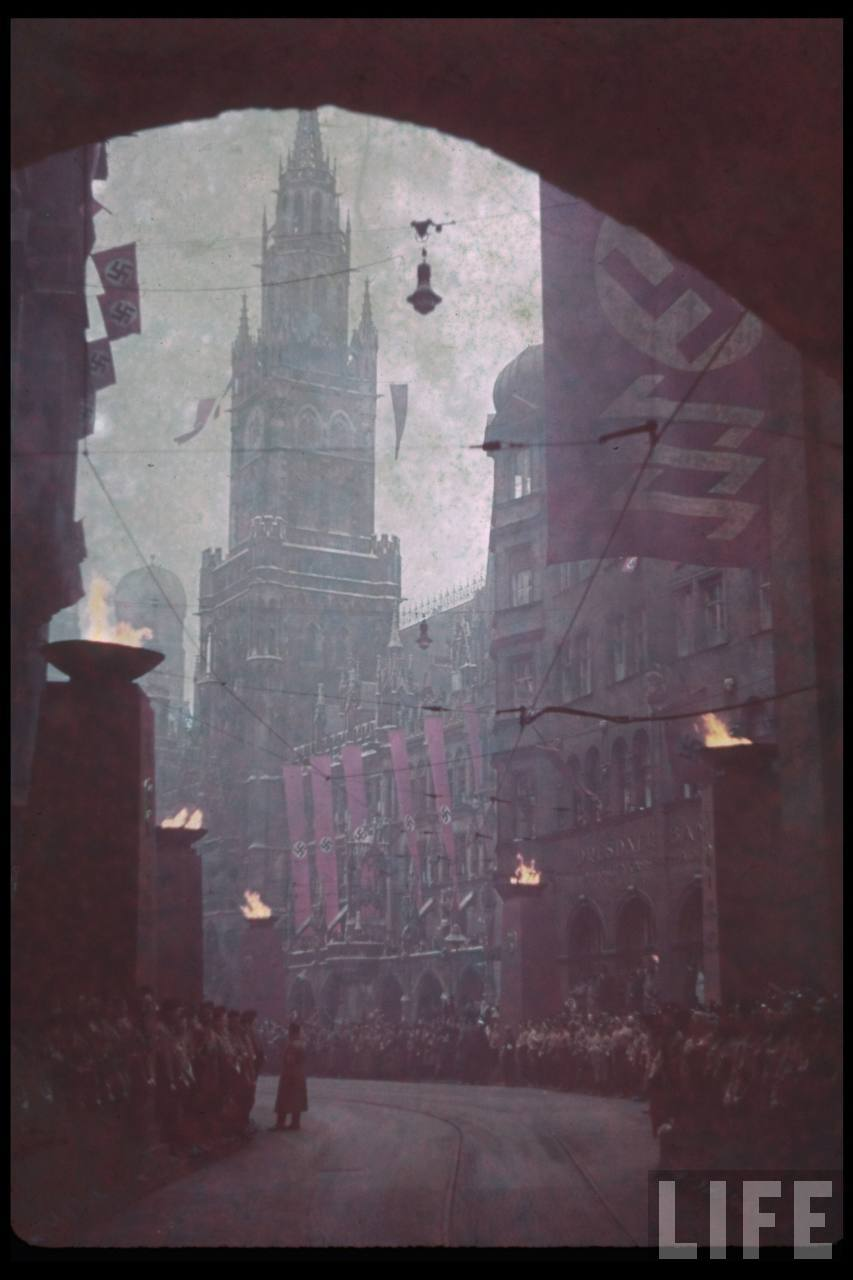 photos de hugo jaeger (photographe de Adolf Hitler ) Munich+Germany+November+9,+1938+during+the+remembrance+of+the+Putsch07