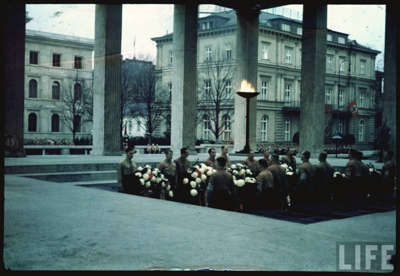 photos de hugo jaeger (photographe de Adolf Hitler ) Munich+Germany+November+9,+1938+during+the+remembrance+of+the+Putsch02
