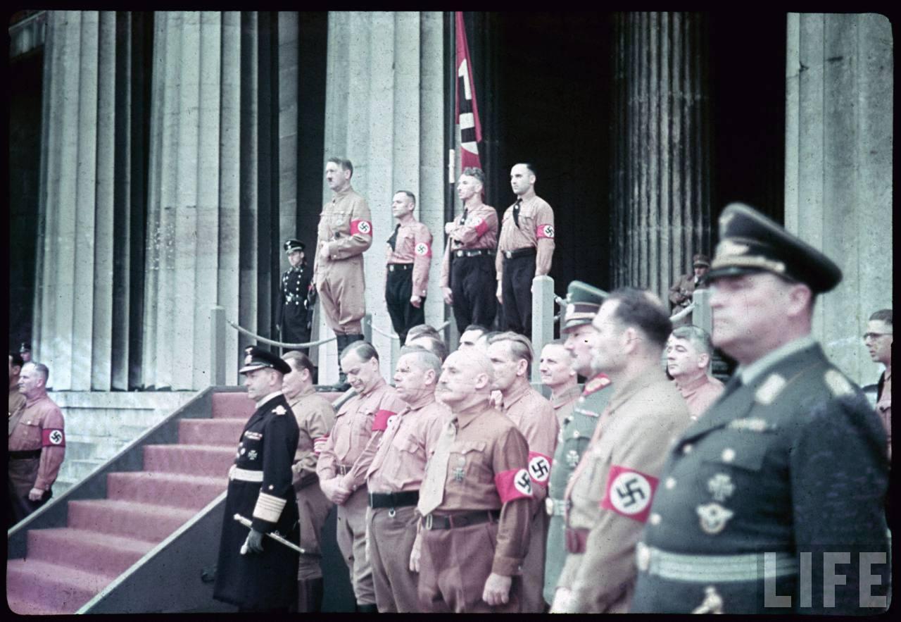 photos de hugo jaeger (photographe de Adolf Hitler ) Munich+Germany+November+9,+1938+during+the+remembrance+of+the+Putsch11