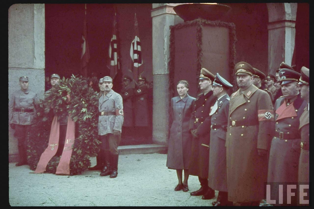 photos de hugo jaeger (photographe de Adolf Hitler ) Munich+Germany+November+9,+1938+during+the+remembrance+of+the+Putsch13