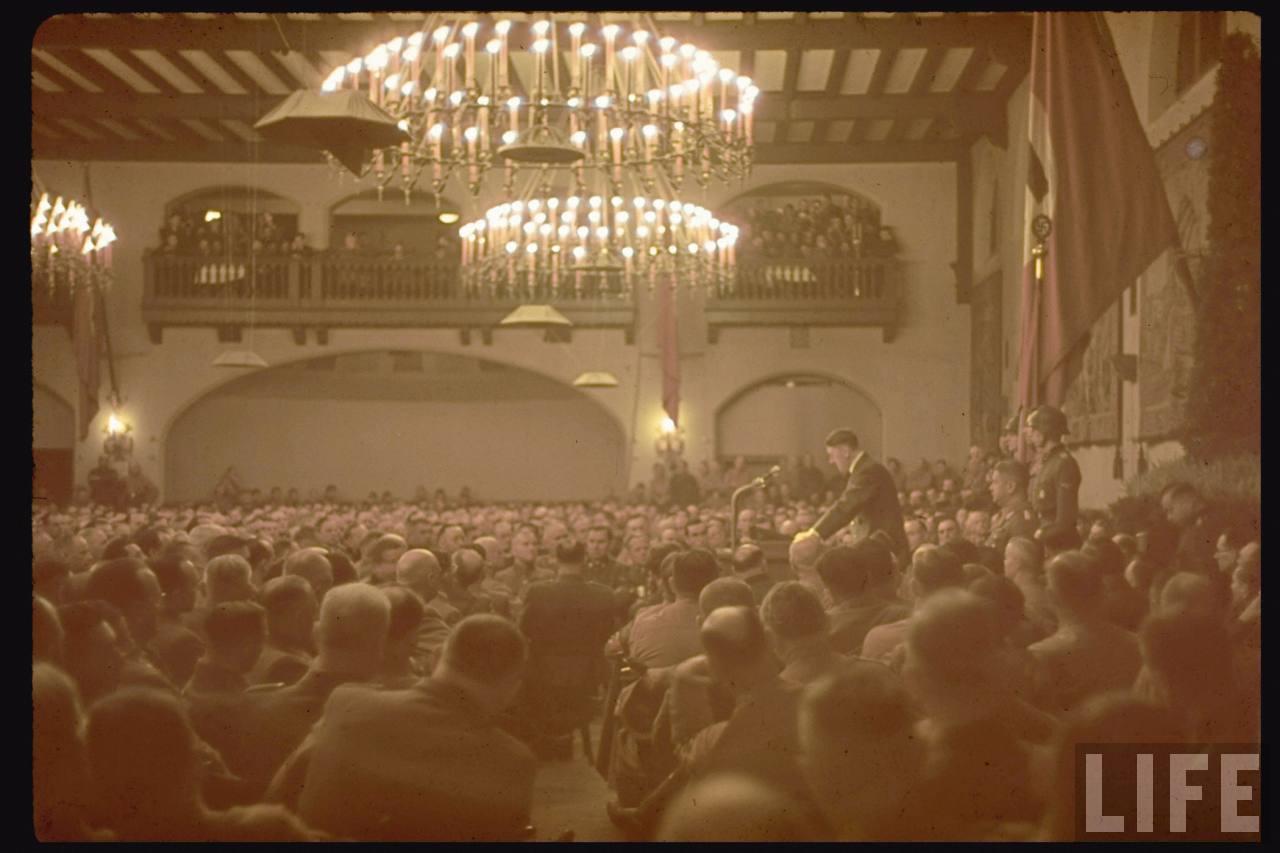 photos de hugo jaeger (photographe de Adolf Hitler ) Munich+Germany+November+9,+1938+during+the+remembrance+of+the+Putsch17