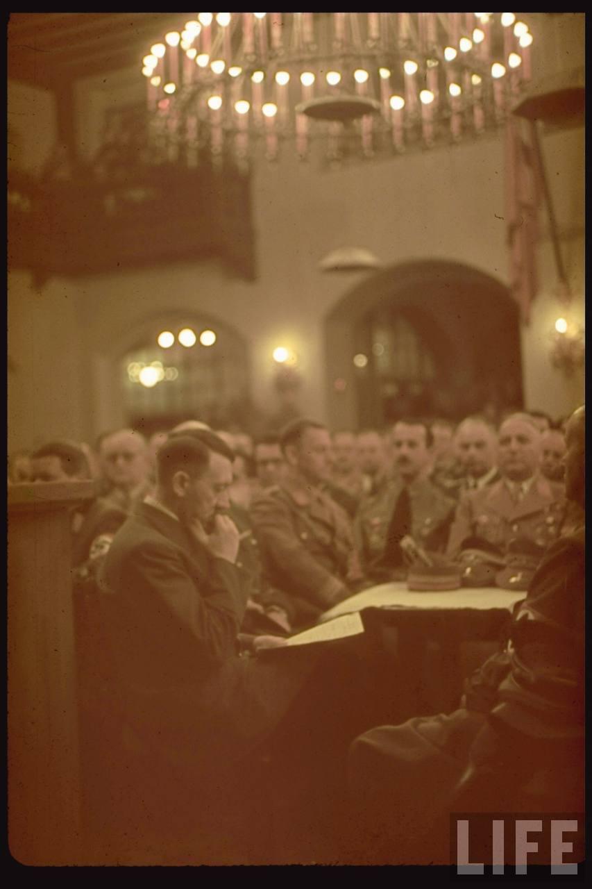 photos de hugo jaeger (photographe de Adolf Hitler ) Munich+Germany+November+9,+1938+during+the+remembrance+of+the+Putsch20