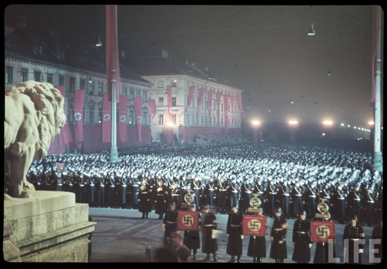 photos de hugo jaeger (photographe de Adolf Hitler ) Munich+Germany+November+9,+1938+during+the+remembrance+of+the+Putsch27