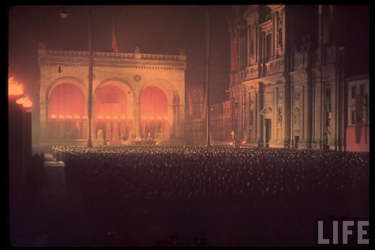 photos de hugo jaeger (photographe de Adolf Hitler ) Munich+Germany+November+9,+1938+during+the+remembrance+of+the+Putsch26