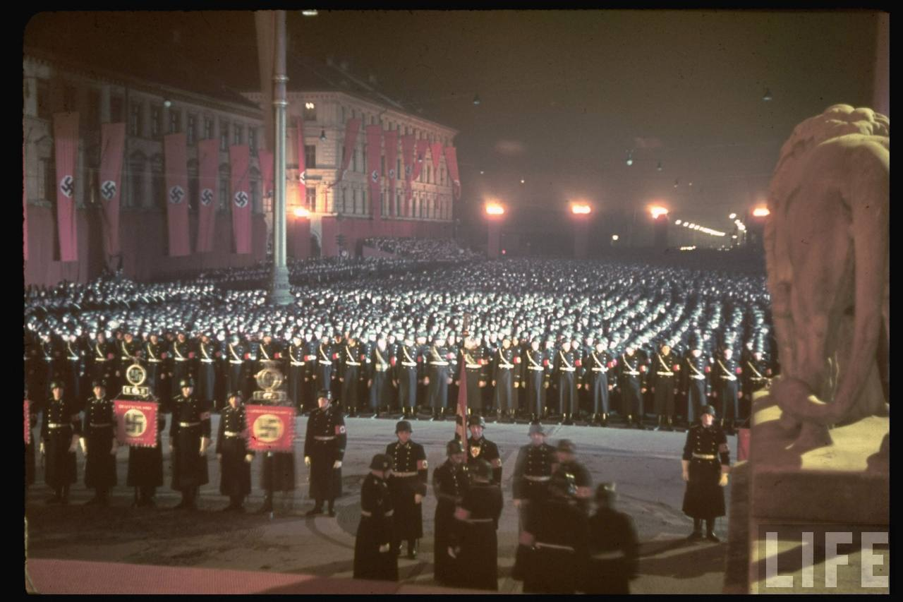 photos de hugo jaeger (photographe de Adolf Hitler ) Munich+Germany+November+9,+1938+during+the+remembrance+of+the+Putsch22