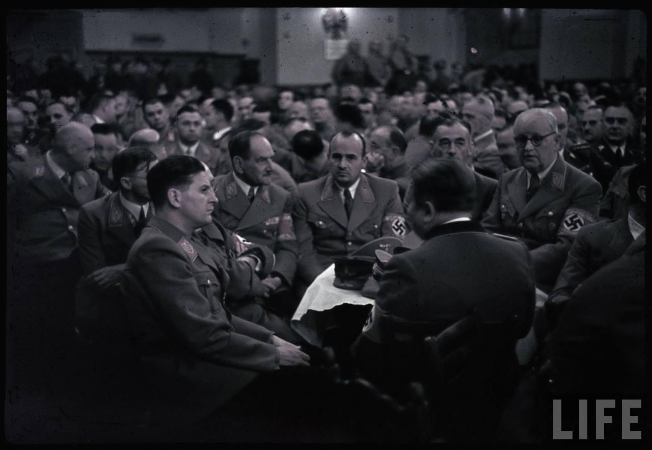 photos de hugo jaeger (photographe de Adolf Hitler ) Munich+Germany+November+9,+1938+during+the+remembrance+of+the+Putsch25