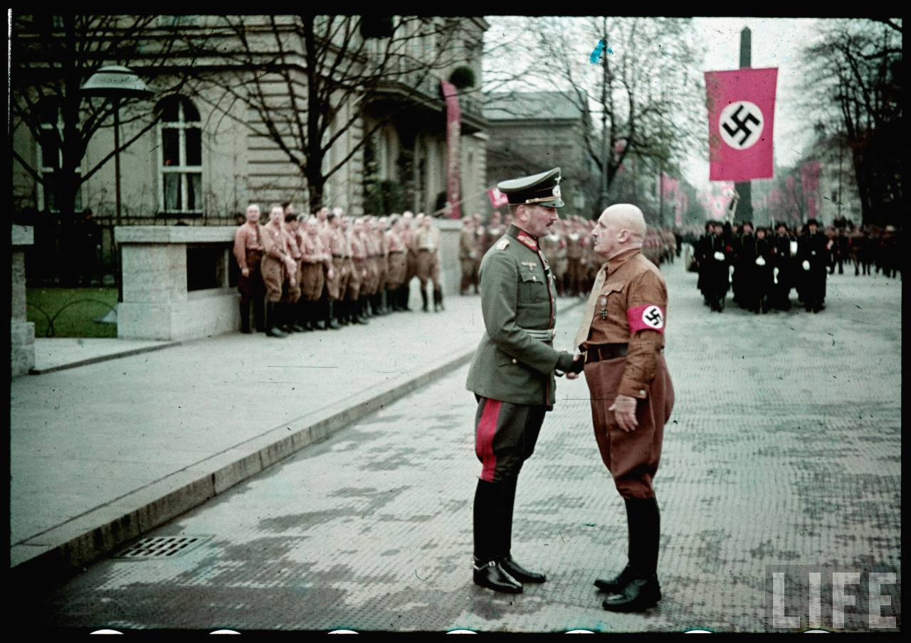 photos de hugo jaeger (photographe de Adolf Hitler ) Munich+Germany+November+9,+1938+during+the+remembrance+of+the+Putsch23