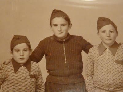 antonio se piró a francia en el año cincuenta y mi abuelo se lo trajo a hostias desde marsella, después, ya aquí en españa, se mató a copas....mi viejo es el más soviético -fisonómicamente- de los tres ¿seré nieto de un tanquista ruso?